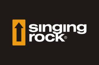 Logotyp czeskiego prducenta sprzętu firmy Singing Rock. Logo na czarnym tle przedstawia czarną strzałkę skierowaną ku górze wpisaną w żółty kwadrat znajdujący się po lewej stronie i napisu w dwóch wierszach Singing Rock w kolorze czarnym.