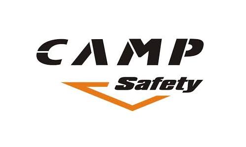 Logotyp włoskiego producenta Camp Safety. Wyraz camp jest czarny i napisany drukowanymi literami, natomiast safety z wielkiej litery, znajduje się nieco poniżej. Przy drugim wyrazie znajduje się łamana, pomarańczowa linia, zaczynająca się przy s i kończąca przy e.