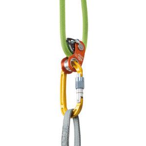 Pomarańczowy bloczek z blokadą Climbing Technology RollnLock założony na zieloną linę z wpiętym żółtym karabinkiem
