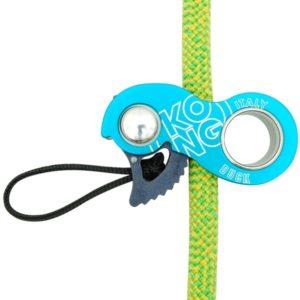 Niebieski przyrząd Kong Duck założony na zielono-żołtą linę