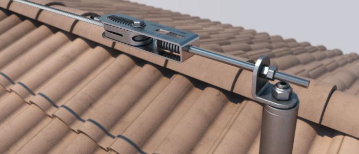 Widoczny słupek asekuracyjny na dachu spadzistym z dachówką