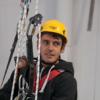 mężczyzna podczas szkolenia z technik dostępu linowego w Toruniu, kursant wyposażony jest w niezbędny sprzęt SOI - przyrząd zjazdowy, przyrząd autoasekuracyjny, uprząż pełną oraz kask do pracy na wysokości