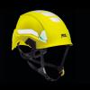 żółty kask na czarnym tle poazujacy elementy widoczne po zmroku - odblaskowe i fluorescencyjne