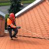 Pracownik pracujący na dachu o małym nachyleniu